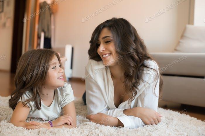 Mamá y hija en casa