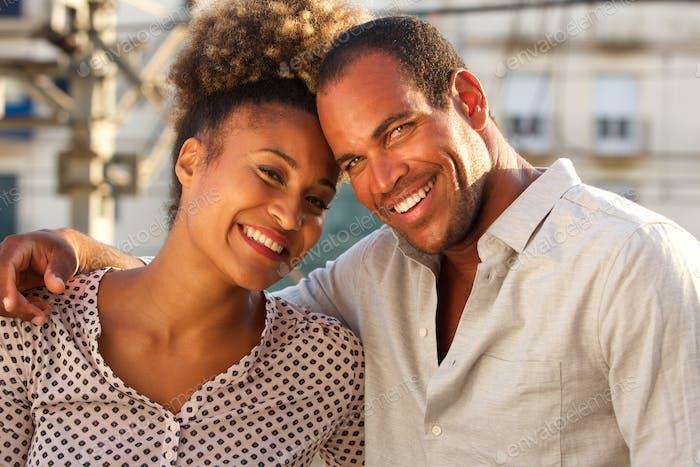 glücklicher Mann und Frau zusammen in der Stadt am Tag