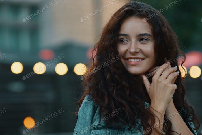 Hermosa cara femenina con luces en el fondo