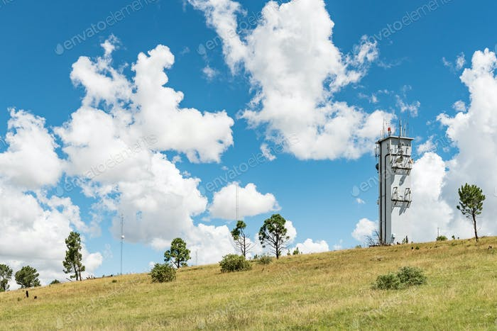 Mikrowellen-Telekommunikationsturm auf einem Berg bei Ficksburg