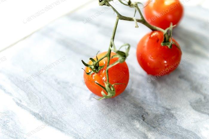 Tomaten auf einem Marmorhintergrund