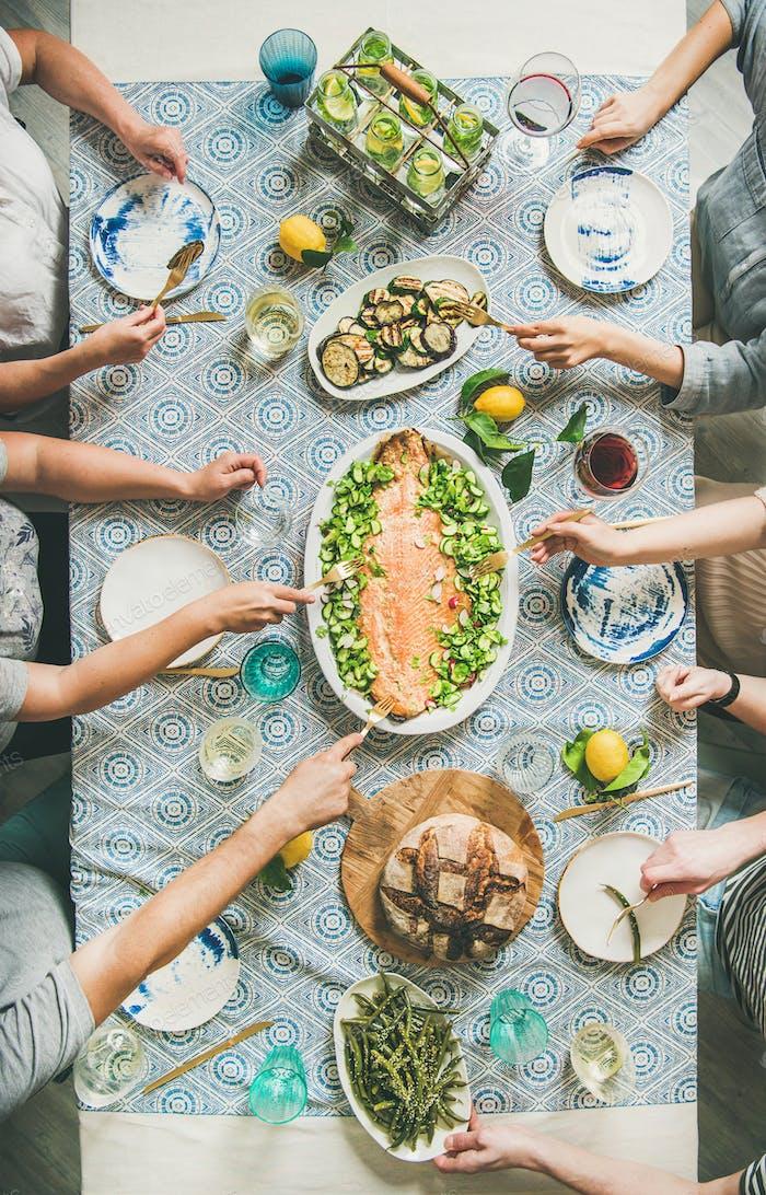 Familie oder Freunde mit Meeresfrüchten Sommer Abendessen