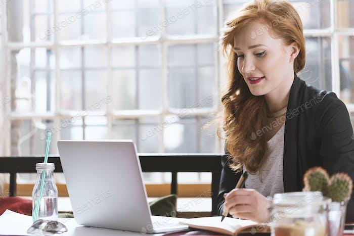 Ingwer Frau studieren im Café
