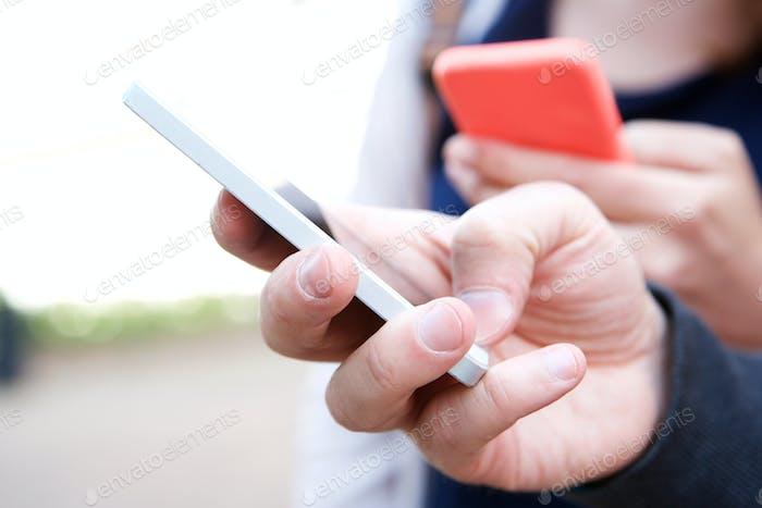 Nahaufnahme zwei Personen halten Mobiltelefone in den Händen