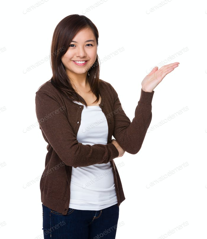 Mujer asiática con palma abierta