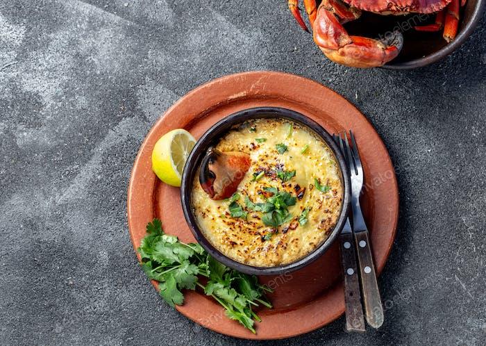 Traditionelles Gericht der chilenischen Küste. Pastell o chupe de jaiba