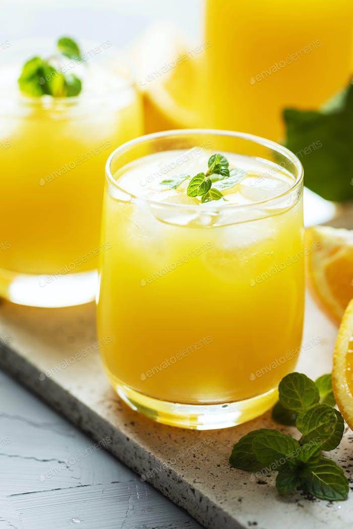 Frischer, kalter Orangensaft