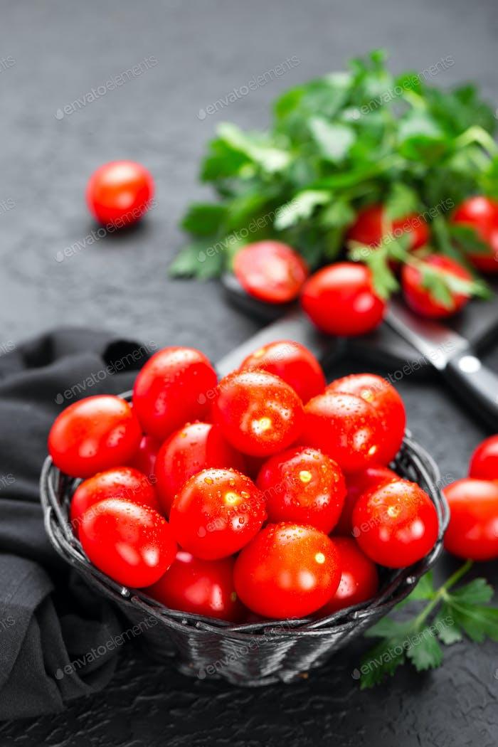 Thumbnail for Tomaten. Frische Tomaten im Korb auf dem Tisch