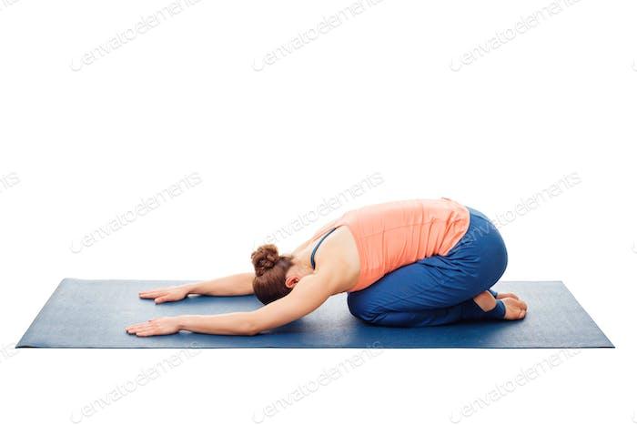 Frau tut Ashtanga Vinyasa Yoga Entspannung Asana Balasana