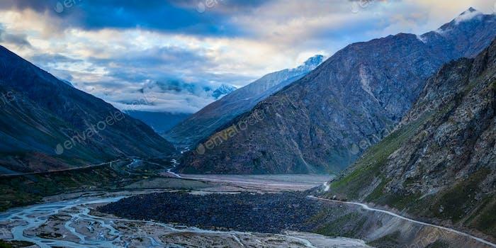 Manali-Leh Straße im Lahaul Tal am Morgen. Himachal Prades
