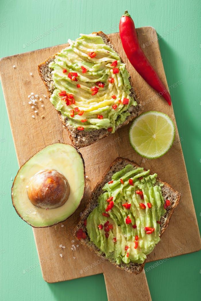 gesunder Vollkorn-Toast mit Avocado-Limetten-Chili