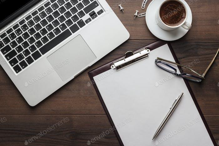 Bürotisch mit Notizblock und Computer