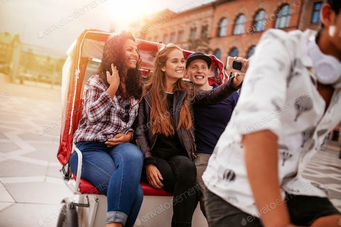 Junge Freunde nehmen selfie auf Dreirad Fahrt