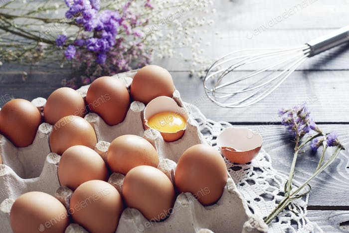 Gebrochenes Ei unter den Eiern in Eierbox