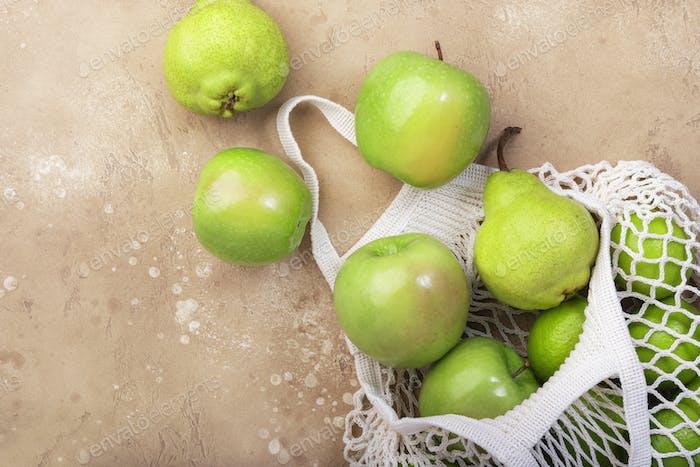 Früchte in wiederverwendbarem, umweltfreundlichem Netzbeutel. Kein Abfall, plastikfrei und nachhaltiges Konzept