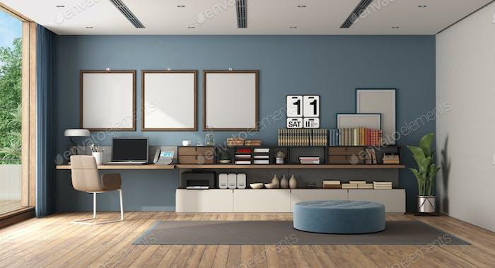 Arbeiten Sie zu Hause in einem großen weißen und blauen Raum