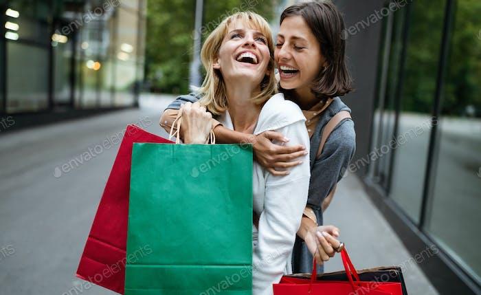 Einkaufs- und Tourismuskonzept. Schöne Frauen Freunde mit Einkaufstaschen in ctiy