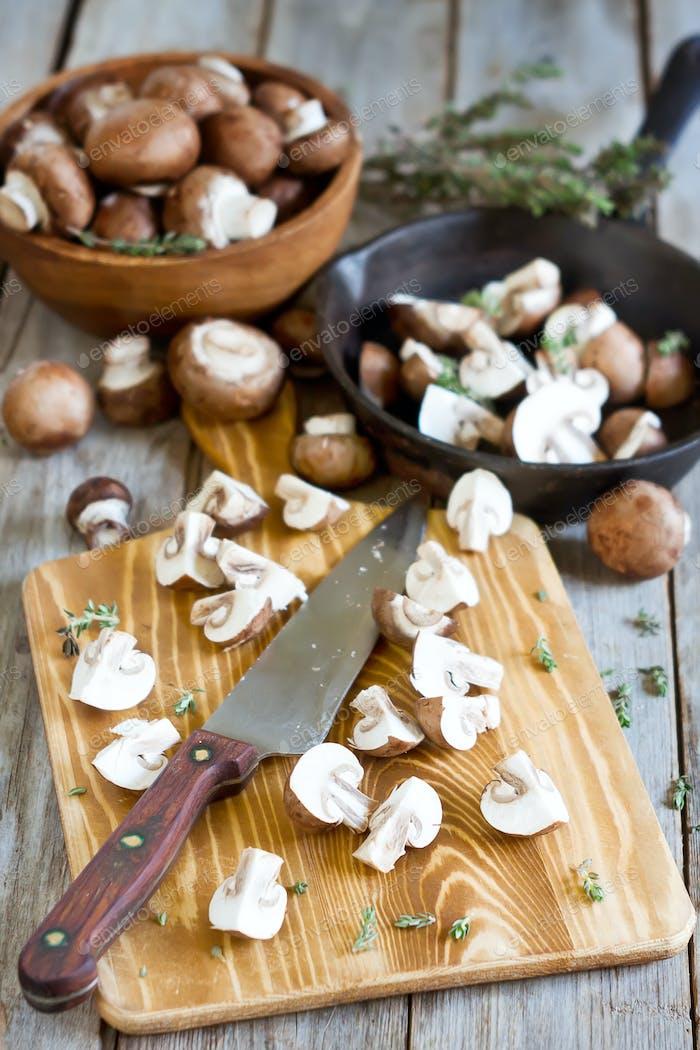 Pilze auf dem Schneidetisch