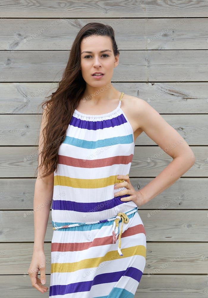 Modell in buntem gestreiftem Sommerkleid