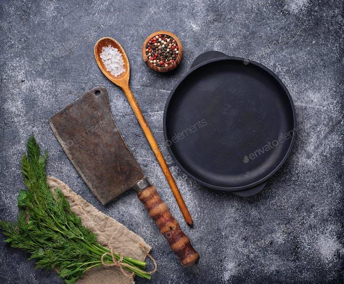 Kulinarische Hintergrund mit Gewürzen, Pfanne und Hackmesser