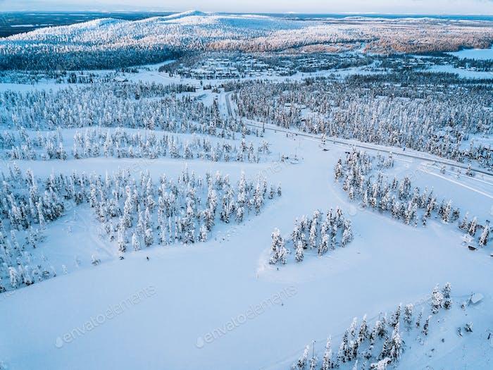 Luftaufnahme der Schnee-Winterlandschaft mit Bergen, schneebedeckten Wäldern