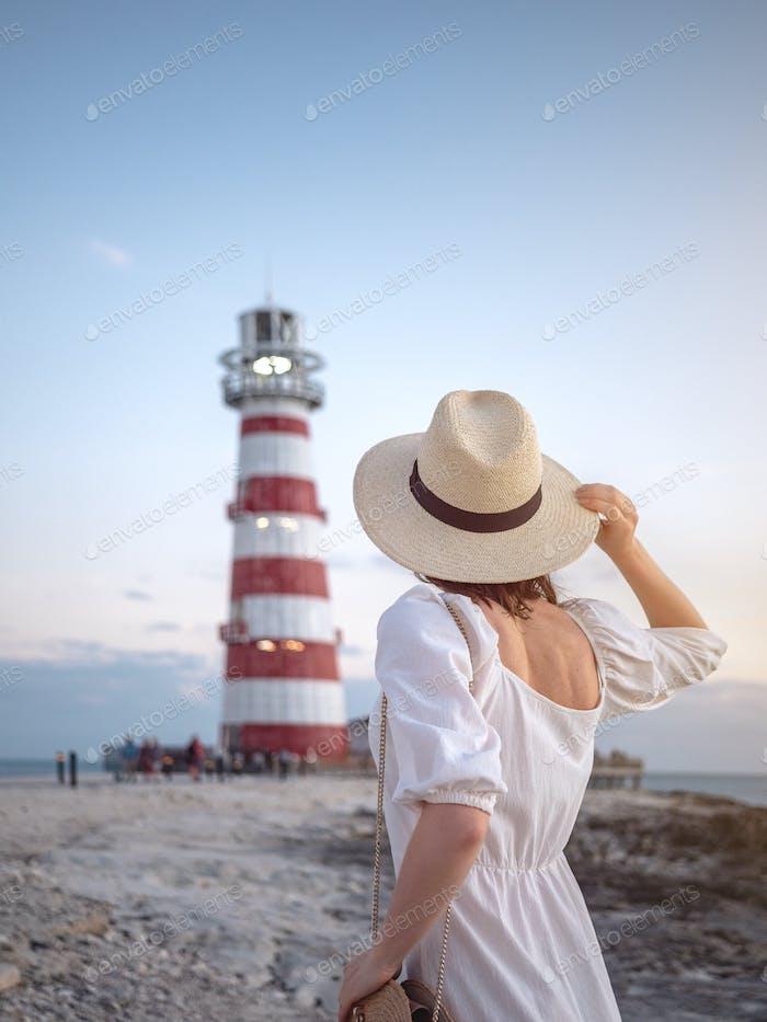 Junges Mädchen am Leuchtturm