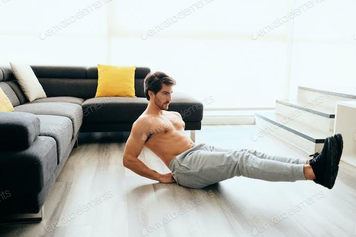 Молодой человек работает дома для здорового образа жизни и фитнеса