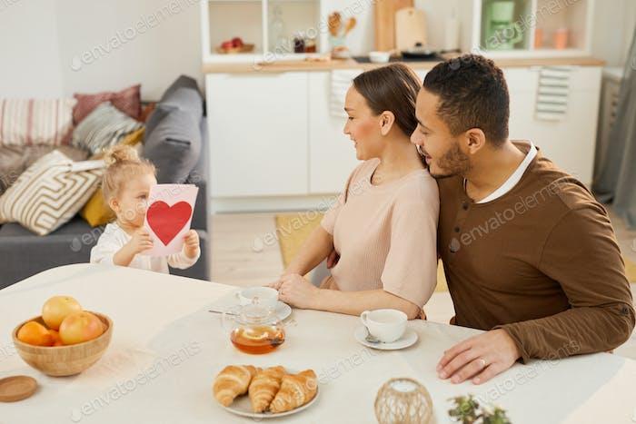 Familia celebrando el Día de la Madre