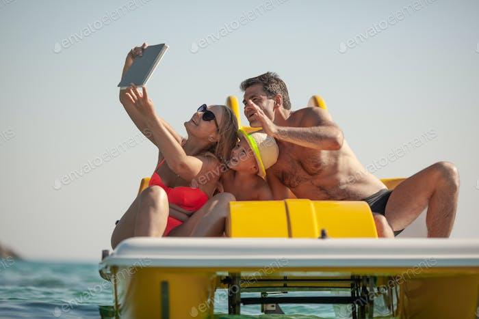 Familien-Selfie am Meer