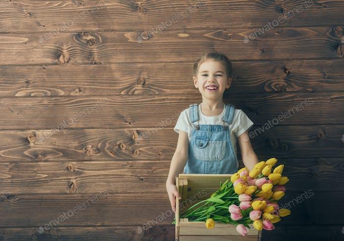 Mädchen mit einem Blumenstrauß Tulpen