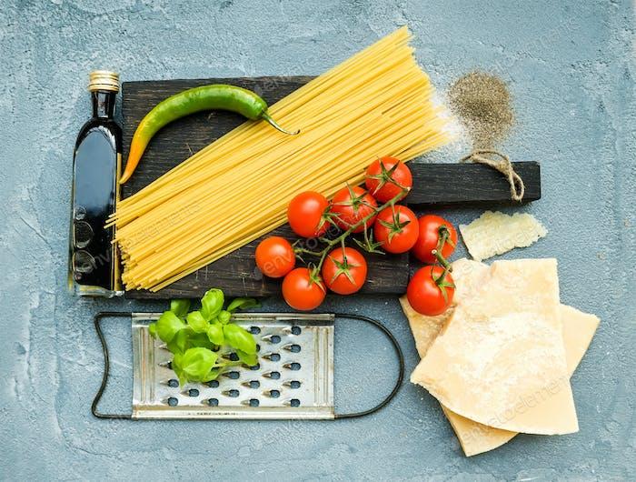 Zutaten zum Kochen von Nudeln. Spaghetti, Parmesan, Kirschtomaten