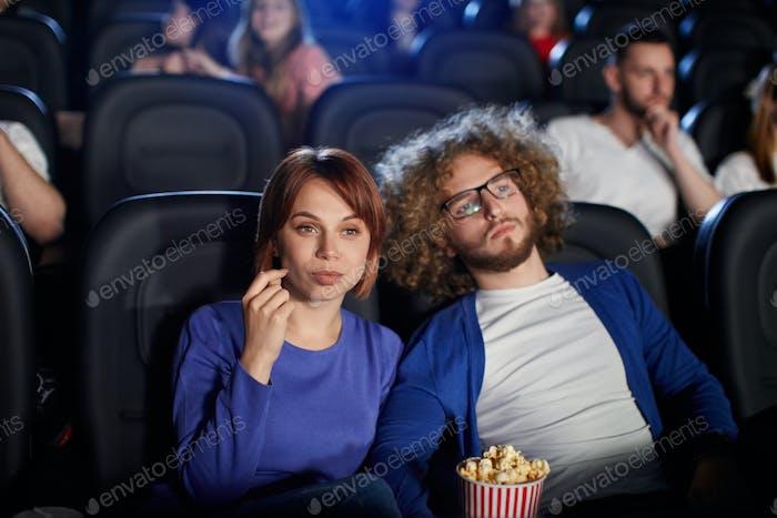 Кавказская пара наслаждается временем в кино
