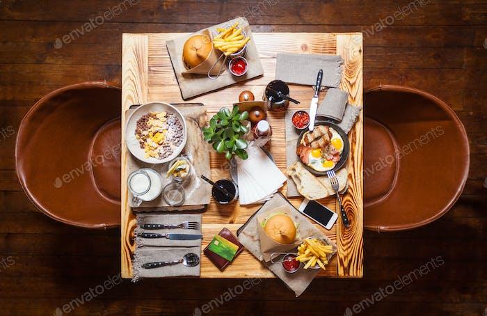 Tisch in einem Restaurant mit servierten Speisen