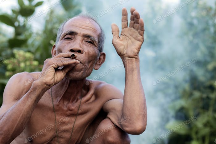 Ältere Männer rauchen