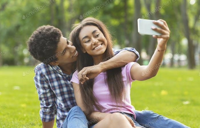 Glückliche Momente festhalten. zwei fröhliche Teenager machen selfie im freien