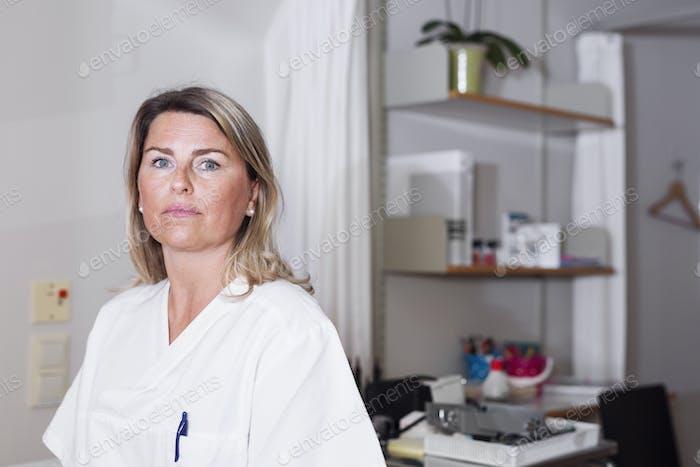 Arzt im Untersuchungsraum