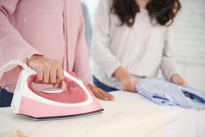 Bügeln von Kleidung