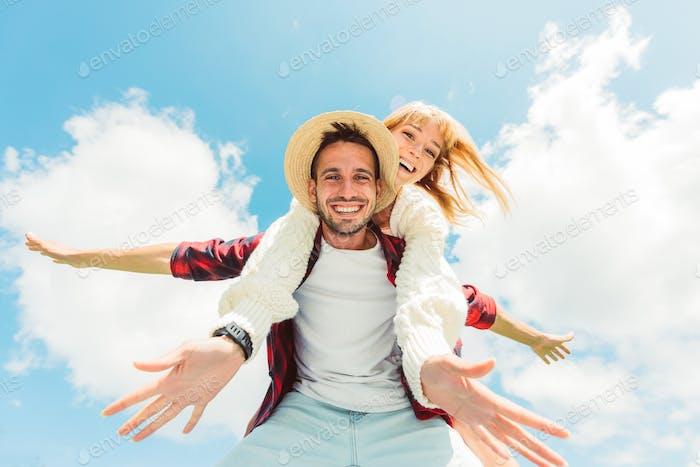 Друзья играют в контрейлера на фоне синего неба