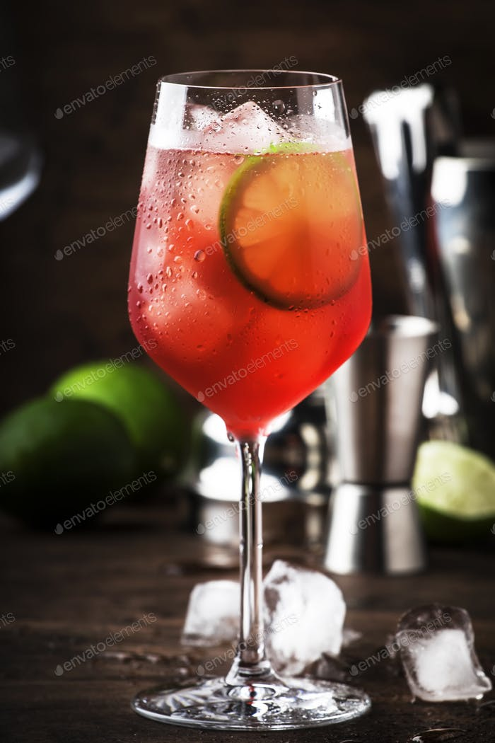 Campari Tonic alkoholischer Cocktail