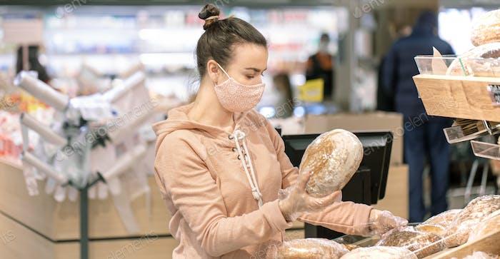 Una mujer joven de compras en un supermercado durante una epidemia de virus.