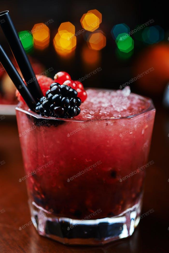 schöne und leckere Beeren Cocktail oder Limonade mit einem schönen Boke. soft focus.