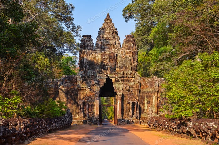 Eingang zum antiken Angkor Wat Tempel bei Sonnenaufgang