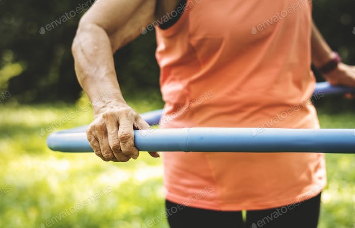 Senior Frau mit einem Hula-Reifen trainieren