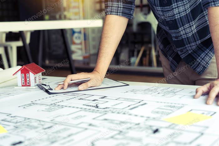 Los ingenieros están diseñando trabajando en planos y analizando la estructura del proyecto.