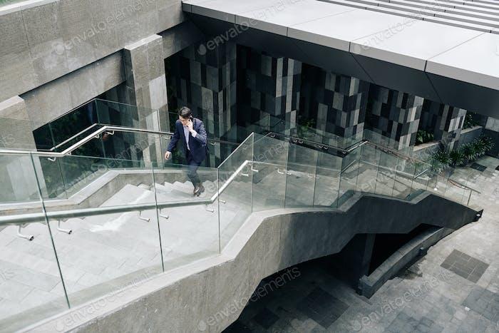 Geschäftsmann läuft die Treppe hinauf