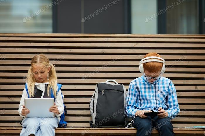 Kinder warten auf den Beginn des Unterrichts