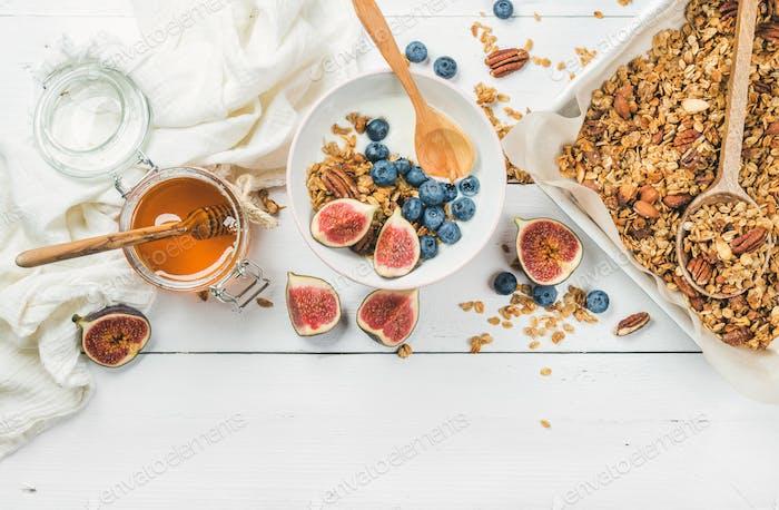 Hafermüsli mit Nüssen, Joghurt, Honig, frischen Feigen und Heidelbeeren