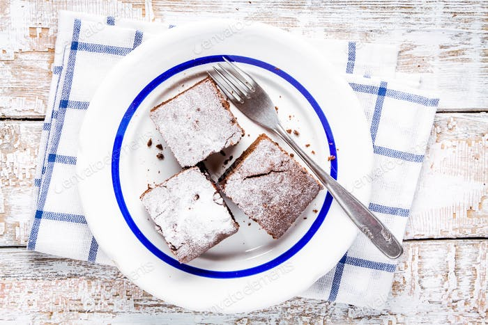 Drei Stücke hausgemachte Schokolade Brownie Dessert auf einem Teller