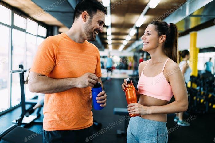 Bild von attraktiven Mann und schöne Frau im Gespräch