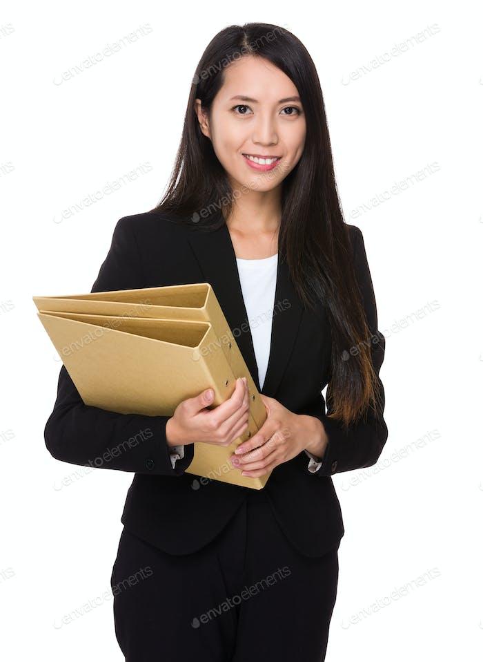 Asiatische junge Geschäftsfrau halten mit Mappe